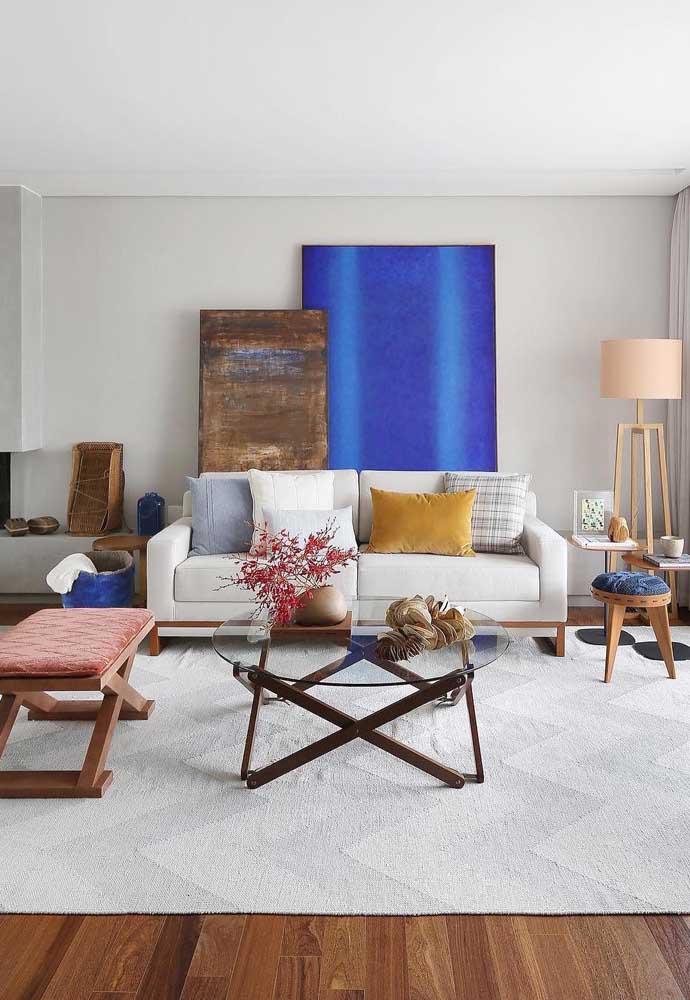 Os moderninhos vão amar essa proposta de sala com tapete branco