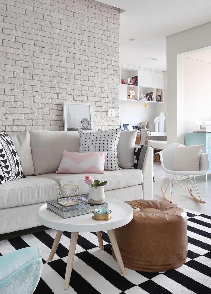Tapete para sala com listras grossas e bem marcadas; repare, no entanto, que o restante da decor é neutra e delicada
