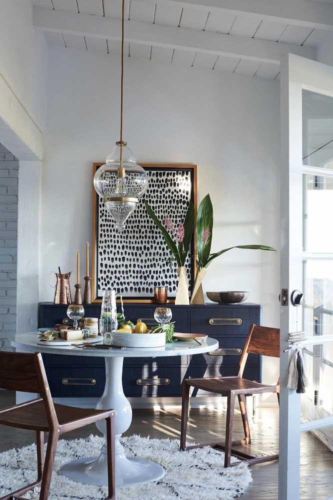Versão redonda do tapete berber marroquino; cuidado com tapetes sob mesa de jantar, de modo que eles não se enrosquem com as cadeiras