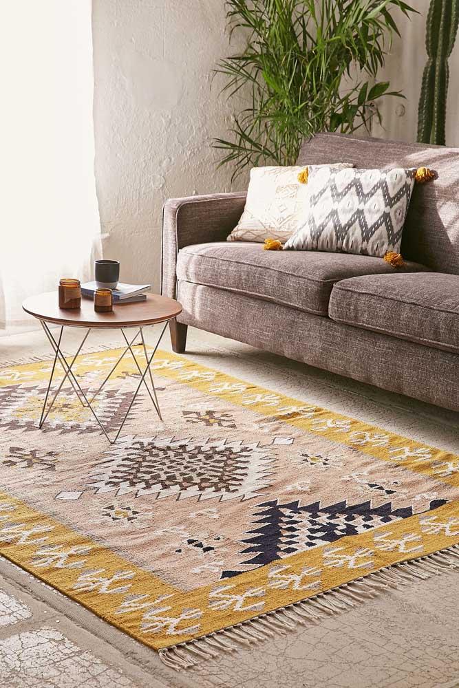 O amarelo do tapete garante um toque de cor para sala, mas sem exageros