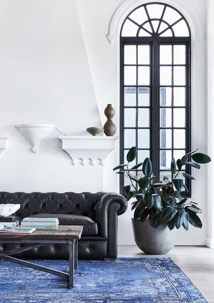 O tapete azul garante cor a sala moderna, mas sem fugir da neutralidade