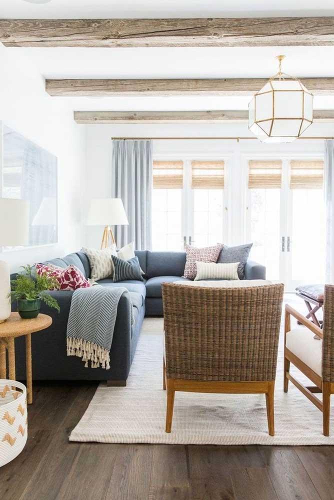 A neutralidade do tapete para sala bege permite que o sofá azul se destaque na decoração