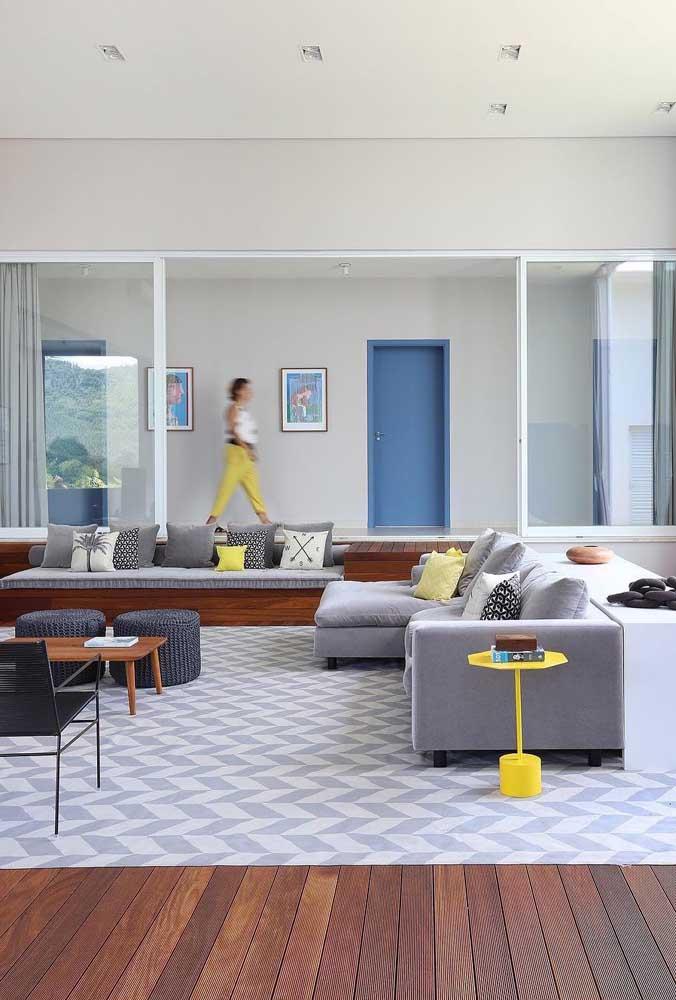 Mesmo com uma estampa forte, o tapete é sutil e delicado graças a combinação entre o cinza e branco