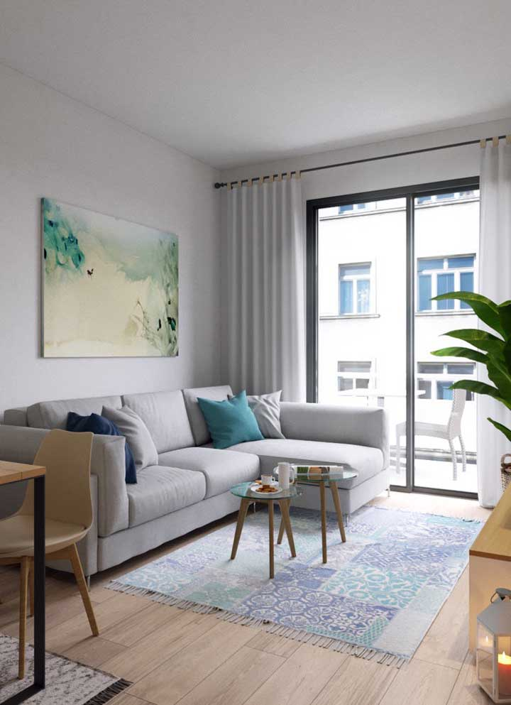 Tamanho perfeito de tapete para sala; repare que ele se estende ao tamanho exato do sofá
