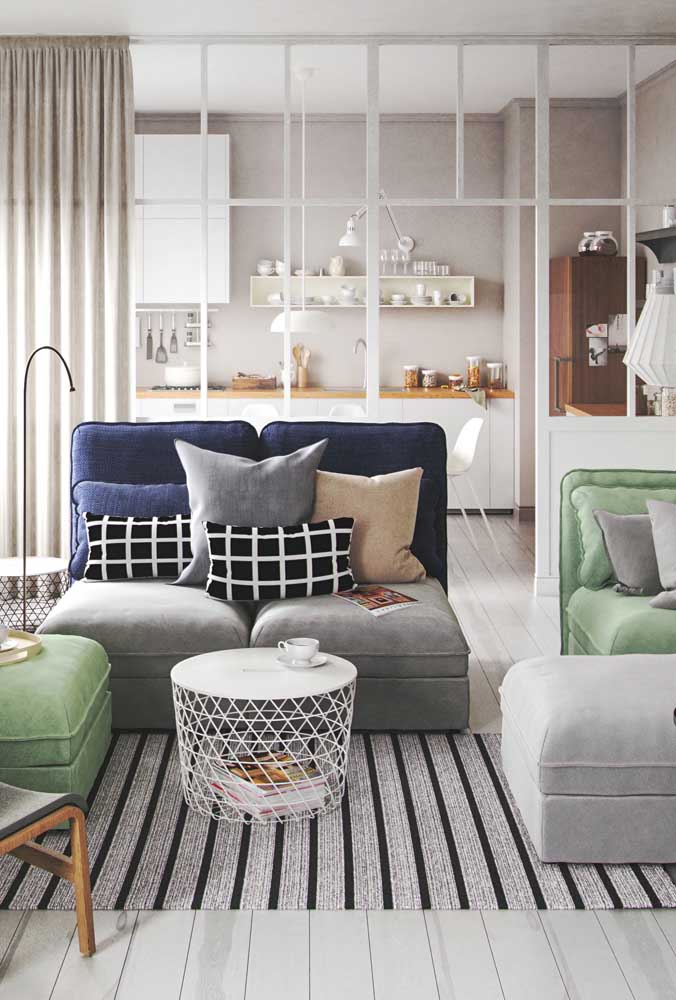 As listras do tapete ajudam a criar sensação de amplitude na sala