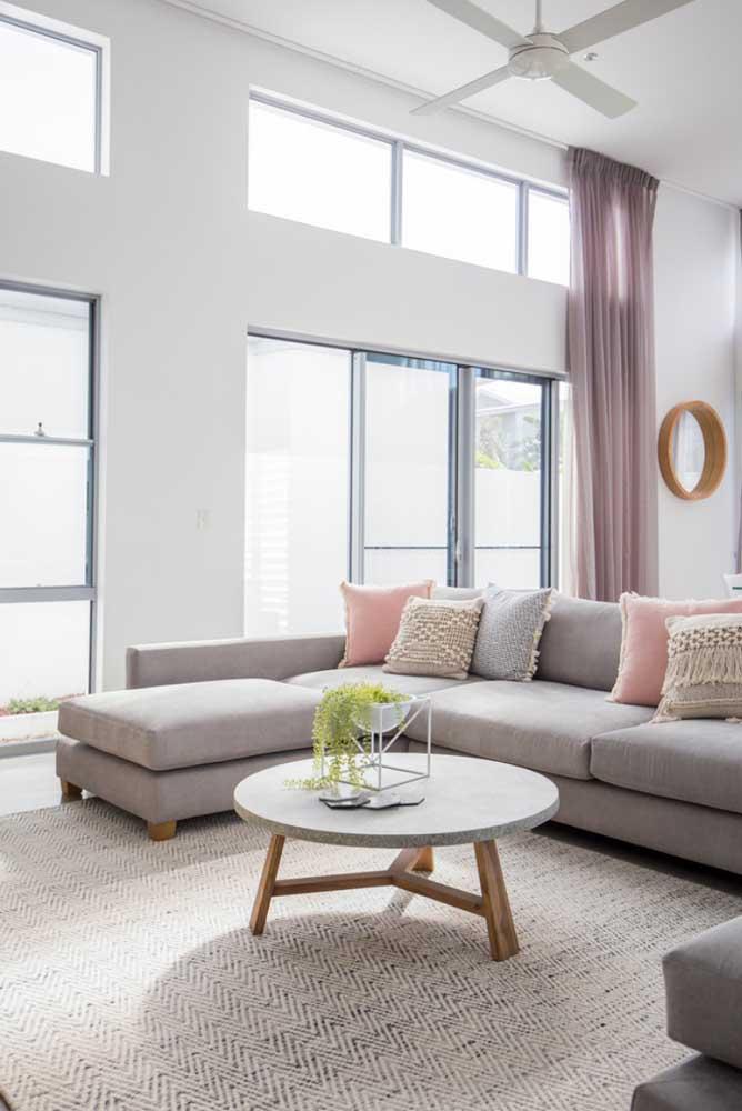 Toda a beleza de um tapete neutro e claro para a sala de estar ampla