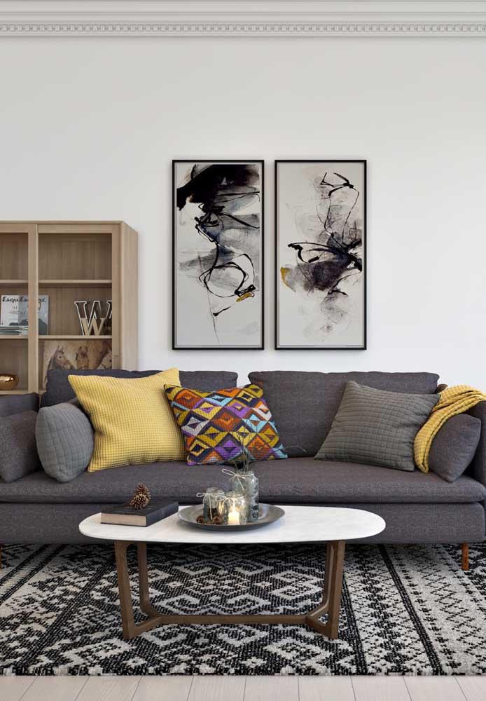Lembre-se da regrinha: o tapete deve ser colocado até o meio do sofá