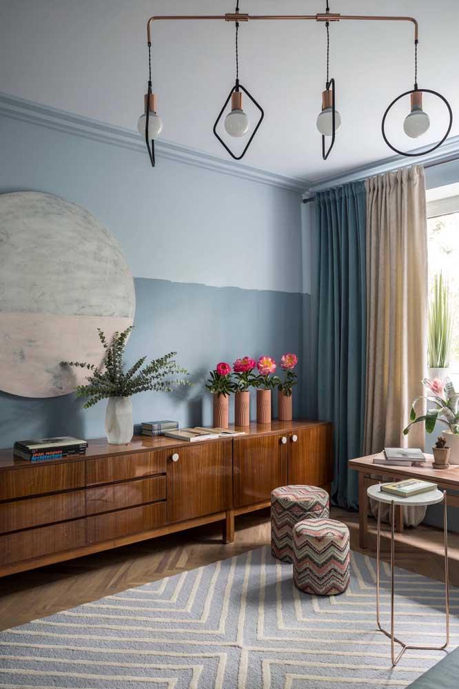 Azul no tapete, na parede e na cortina