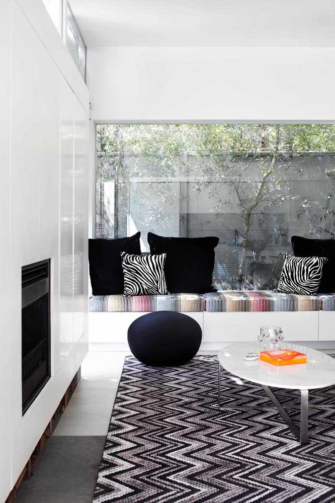 Sala branca ganha charme e elegância com o tapete de padrão geométrico