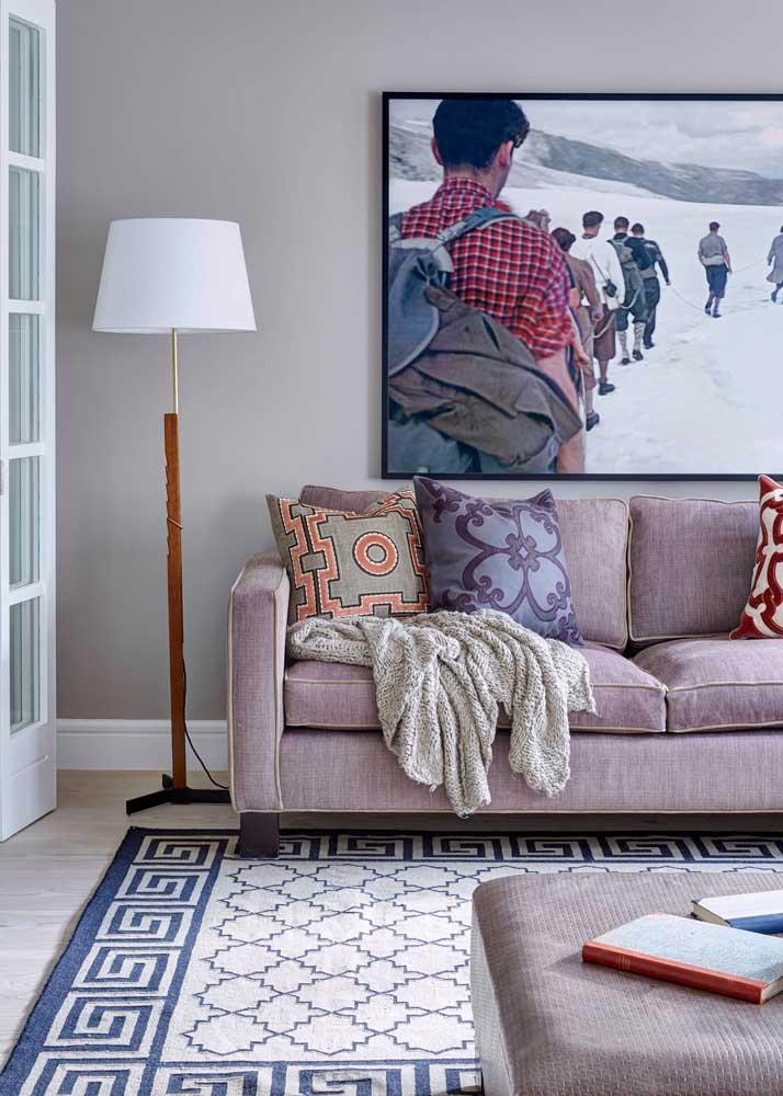 O destaque aqui vai para a estampa que ilustra tanto o tapete, quanto a almofada