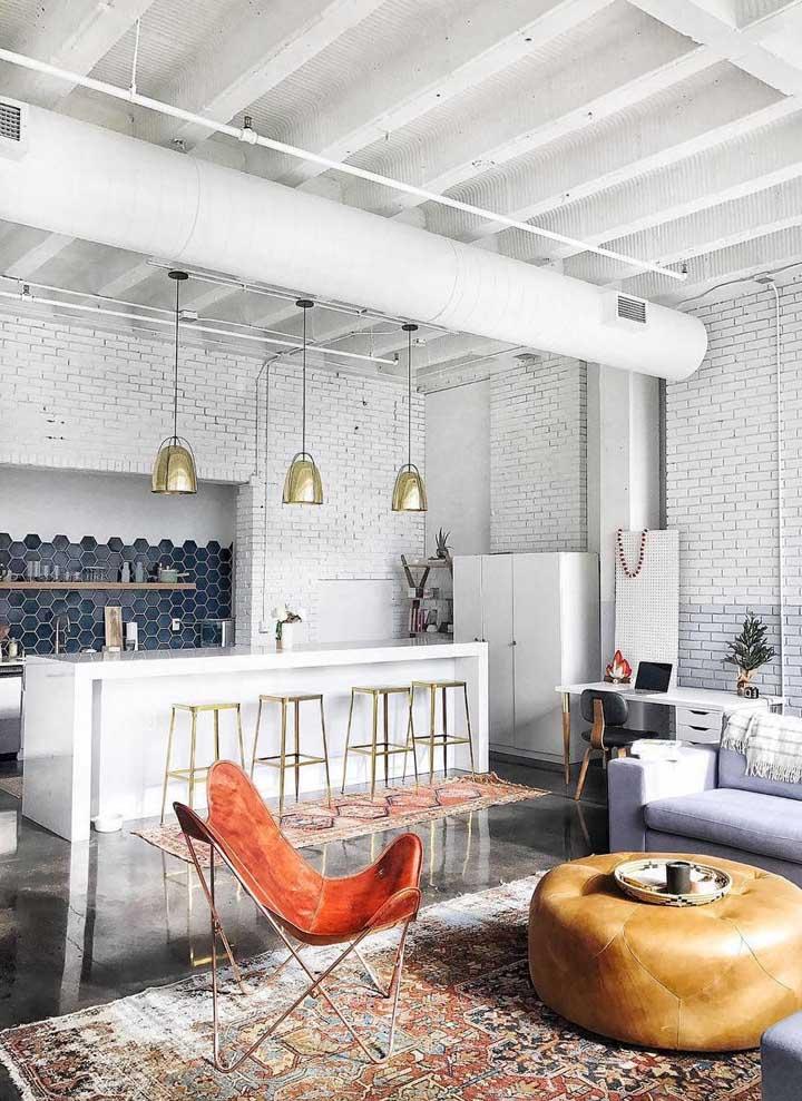 Sala moderna com tapete persa: uma combinação cheia de personalidade