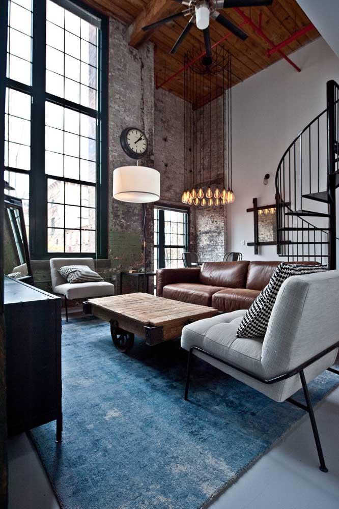 O azul é uma das poucas cores que combinam com grande parte dos estilos de decoração, sendo considerado o novo preto, portanto, uma boa opção para tapetes