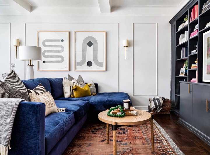 Que tal combinar uma cor fria no sofá com cores quentes no tapete?