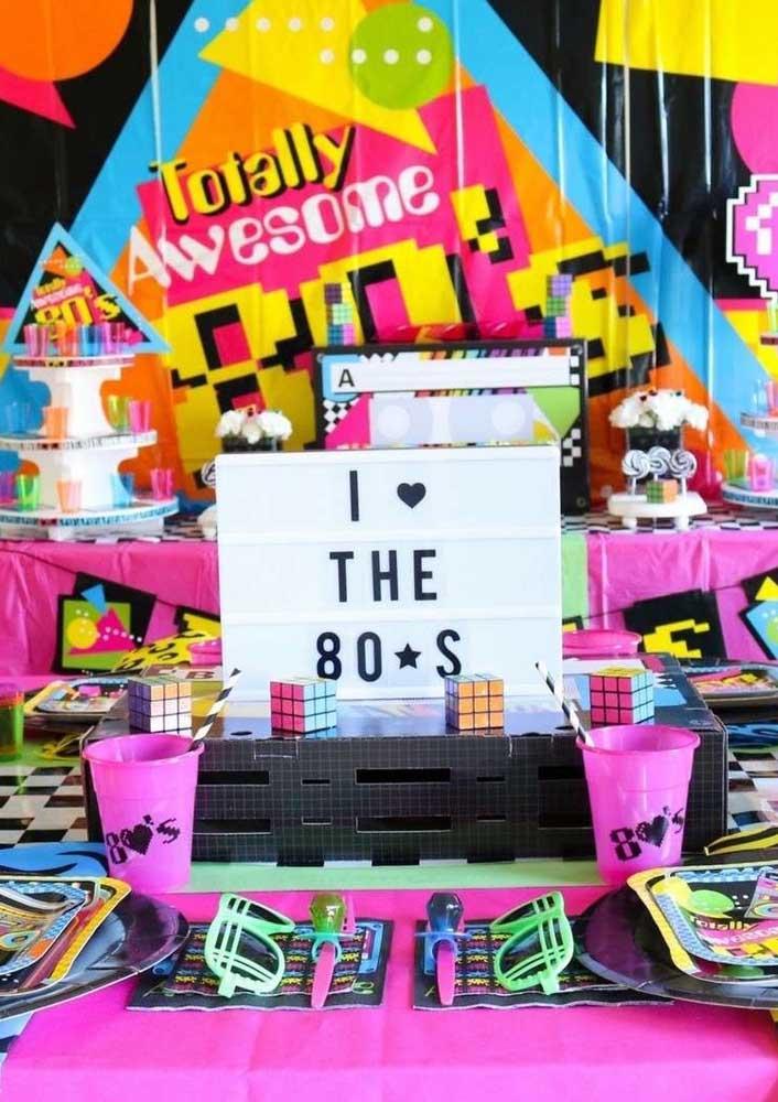 Óculos coloridos, cubos mágicos e mais uma diversidade de elementos que marcaram os anos 80 se misturam nessa decoração