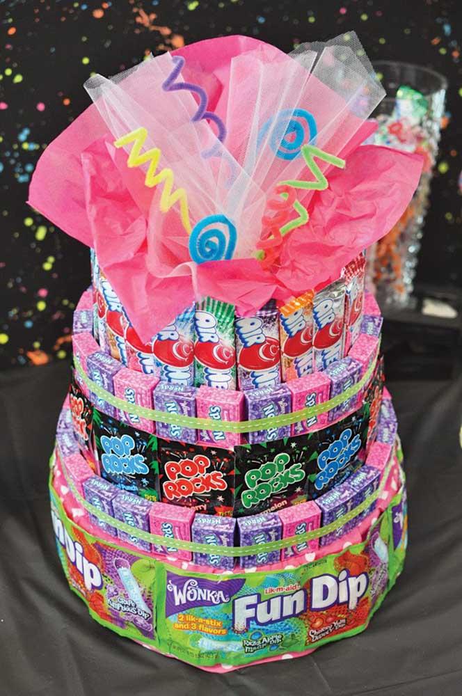 Aqui também os doces se destacam e viram uma espécie de torre colorida e açucarada
