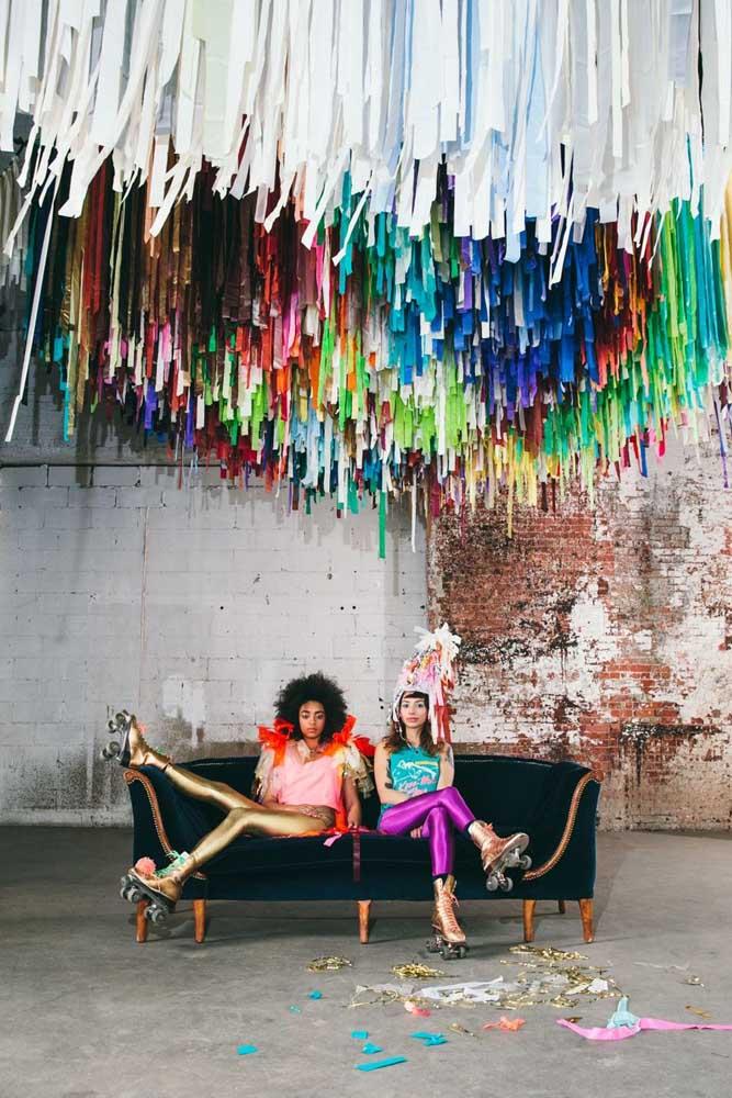 Repare no brilho e nas cores vibrantes das calças usadas pelas convidadas da festa