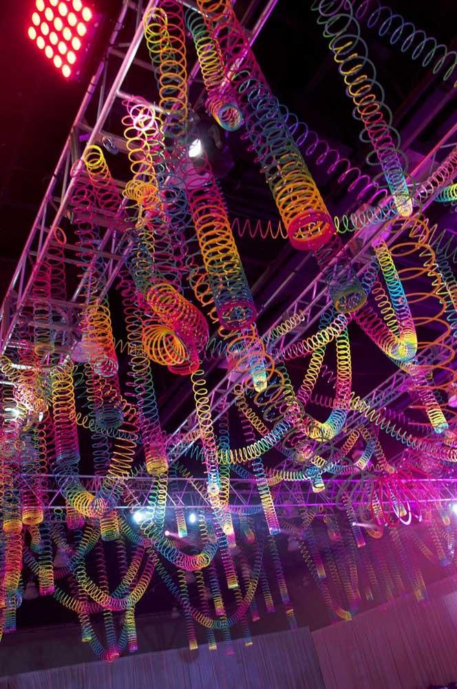 As molas coloridas no teto criam um efeito incrível para a festa anos 80