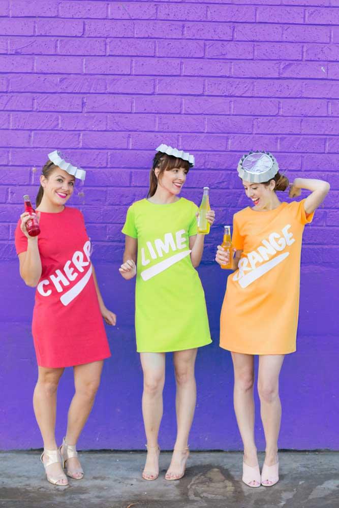 Fantasia criativa e original para a festa anos 80: as meninas se vestiram com os sabores dos refrigerantes da época, destaque para o enfeite na cabeça, imitando uma tampinha