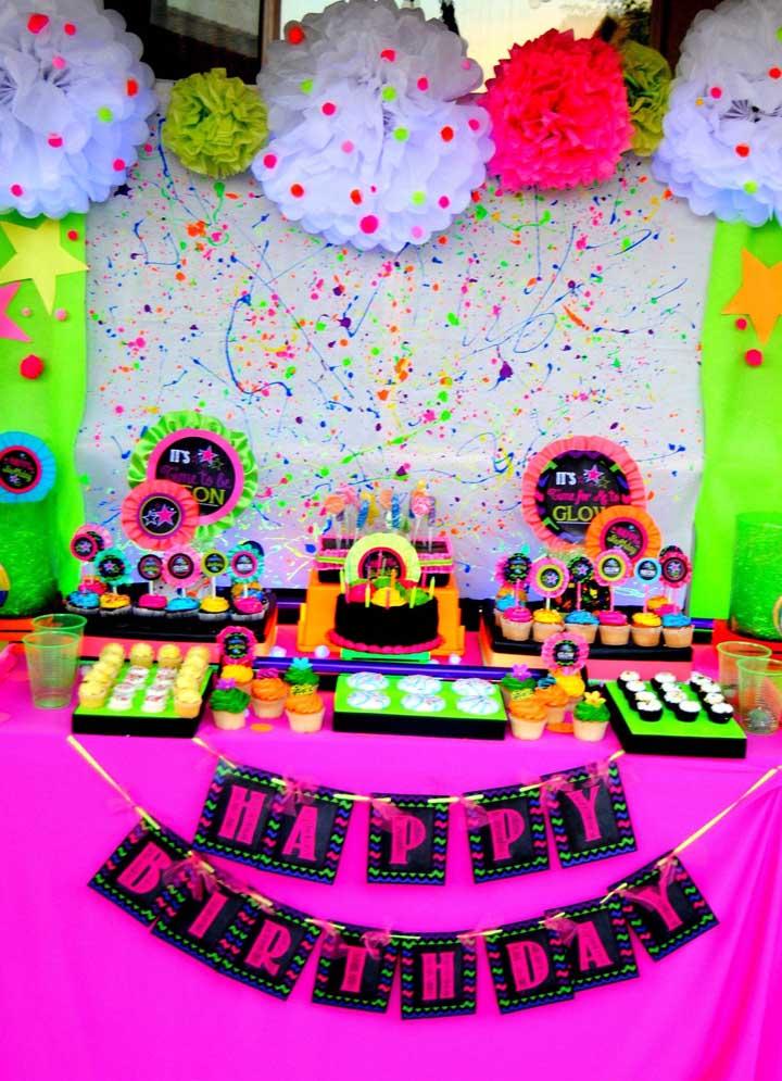 As cores neon dão o toque de alegria e descontração dessa festa anos 80