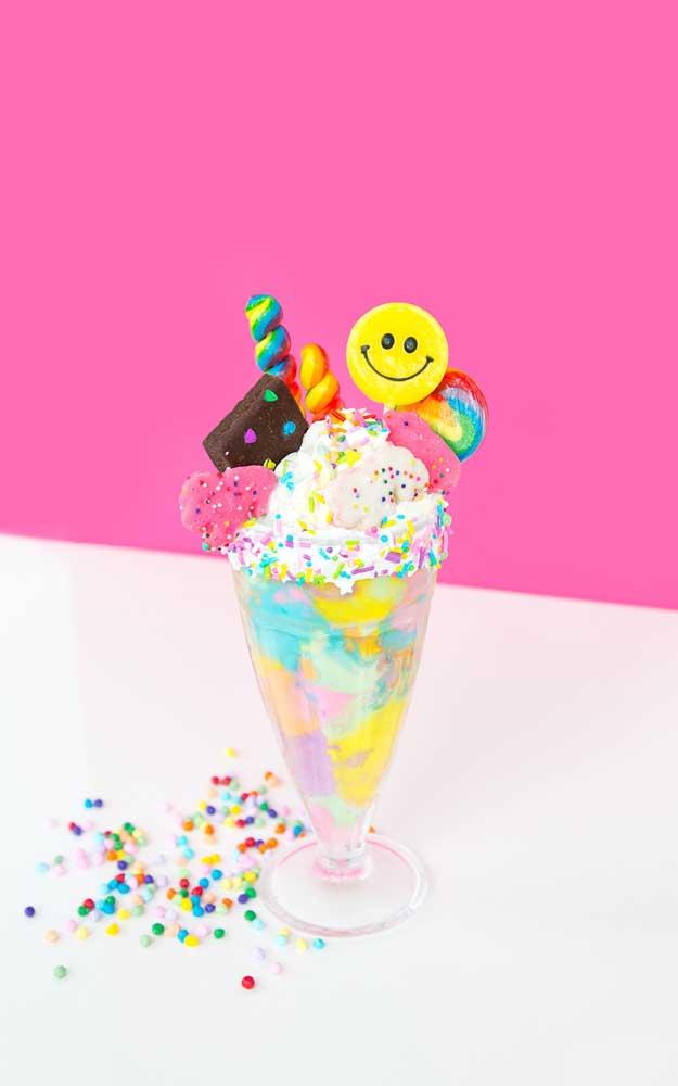 Taça de sorvete combinada a doces da época, não tem como dar errado