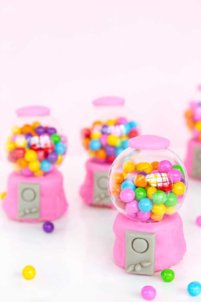 Você pode distribuir mini baleiros como lembrancinha da festa anos 80