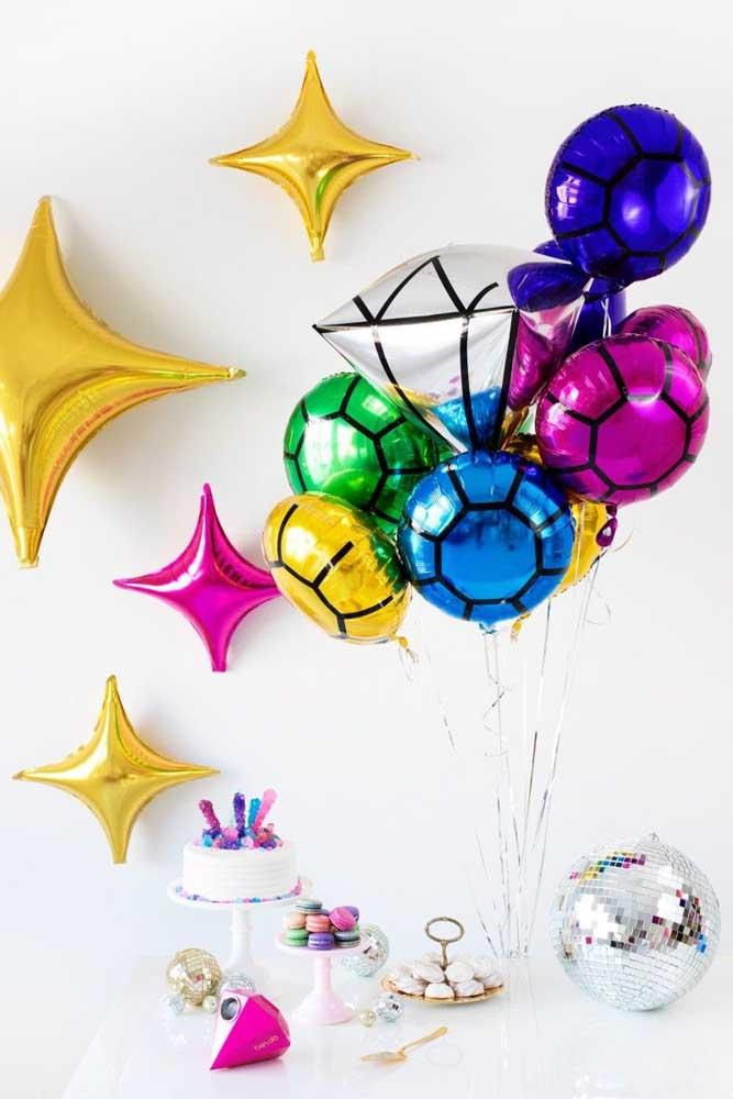 Festa anos 80 simples, decorada, basicamente, com balões coloridos