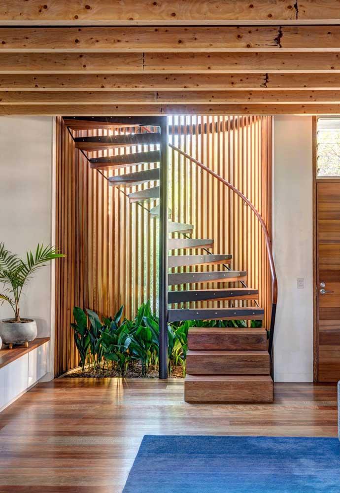 Espaços abaixo da escada podem ser muito bem aproveitados com os jardins de inverno