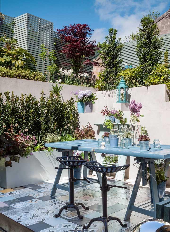 Espaço gourmet no estilo provençal com projeto simples, mas muito bonito de jardim