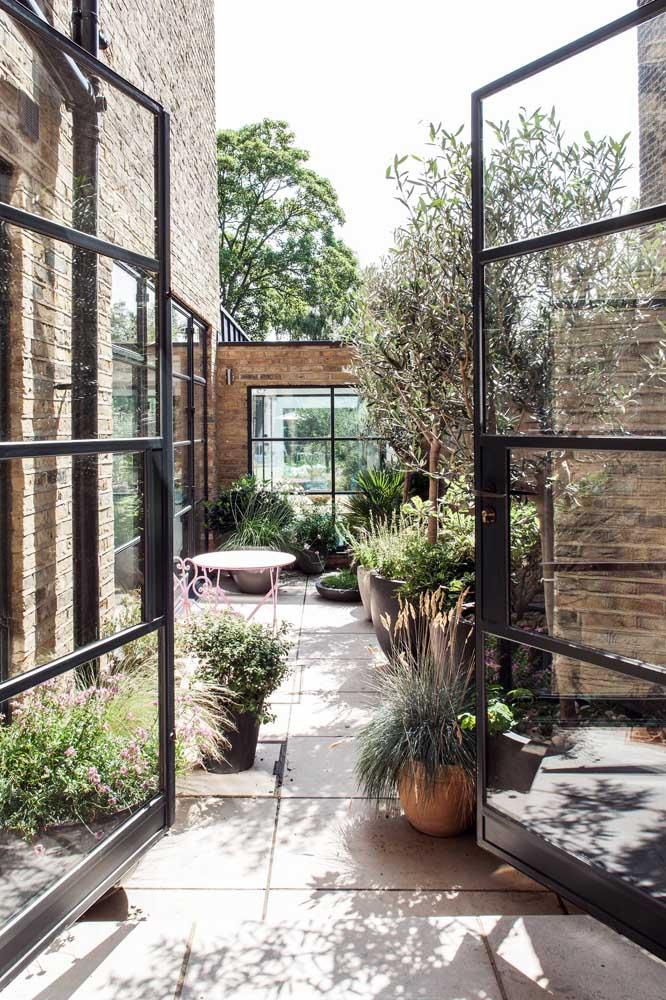 O quintal da casa se transformou em um belo jardim feito apenas com vasos
