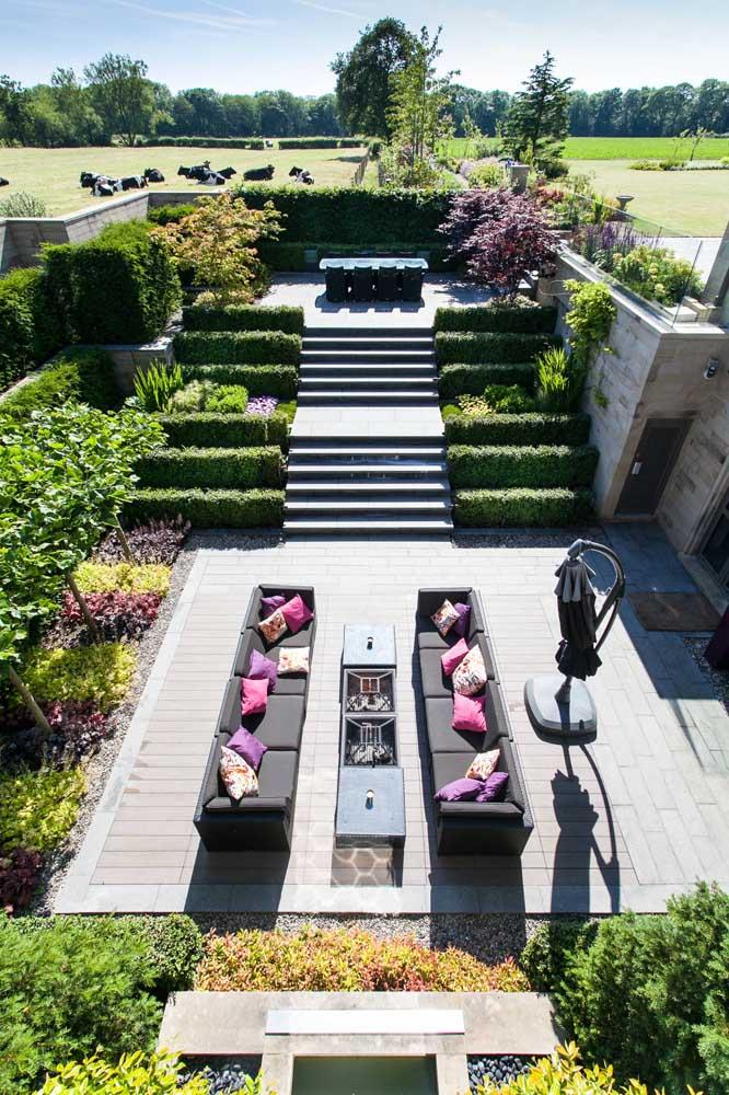 Quando o espaço não é problema, a criatividade para o jardim voa alto; essa opção trouxe degraus gramados e lindas flores para o espaço