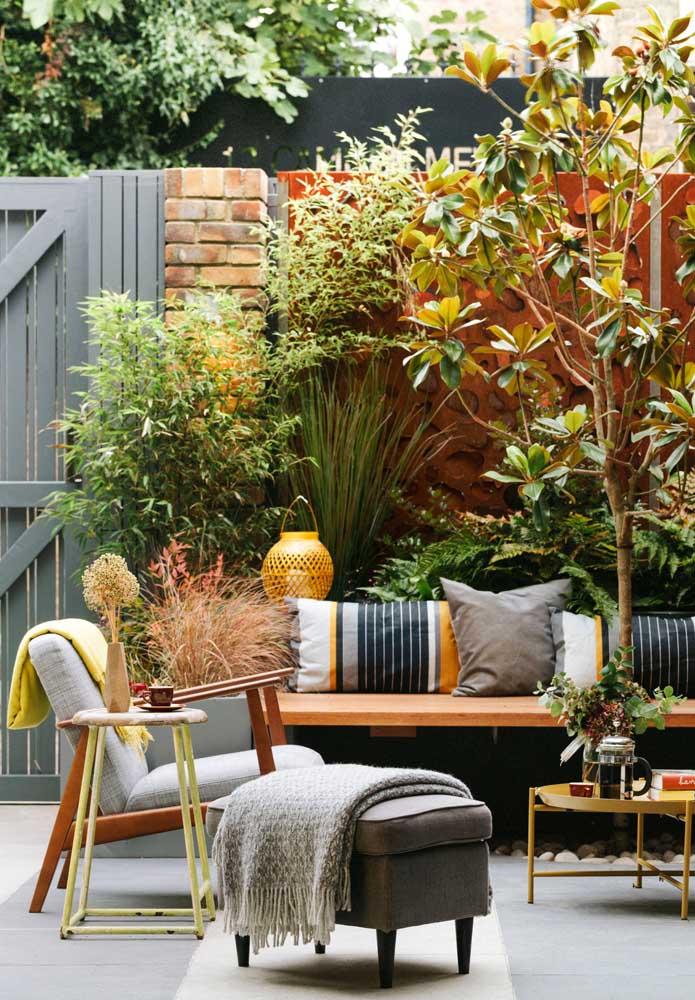 Pequeno jardim para a área externa da casa, repare que os móveis deixam o espaço mais acolhedor