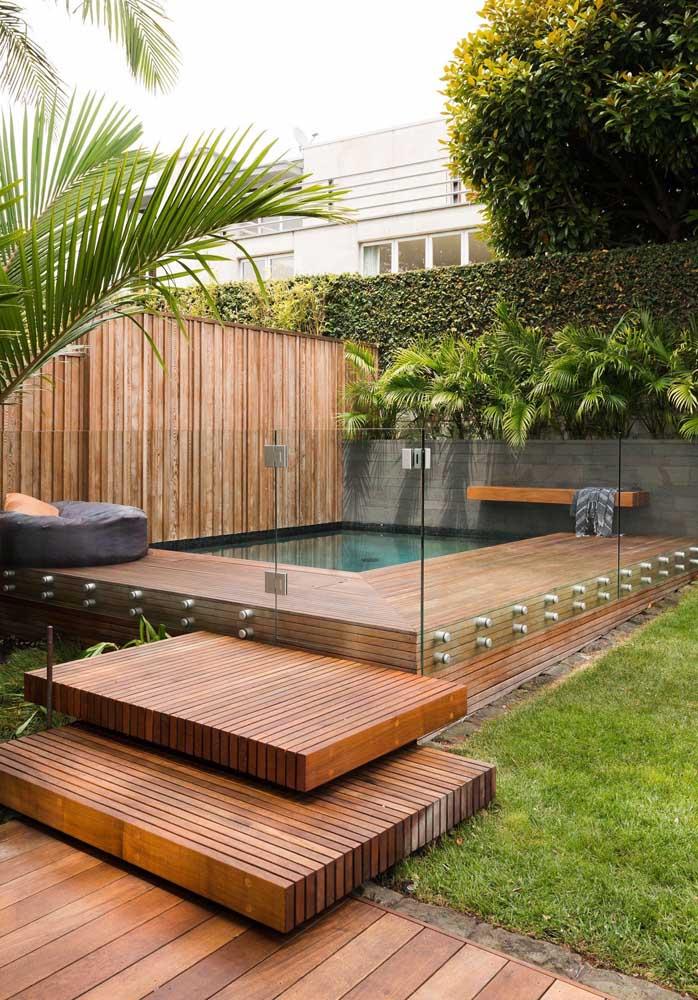 O jardim não precisa ser cheio de árvores e flores; um gramado baixo e pequenas palmeiras também formam uma área verde linda