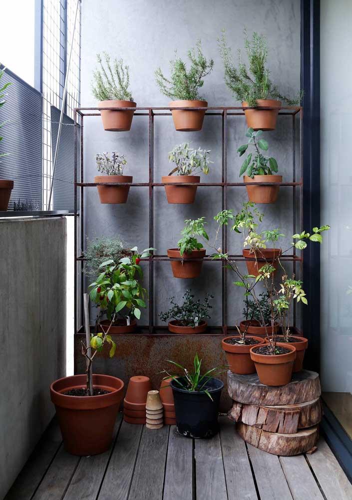 Uma estrutura feita especialmente para acomodar os vasos do jardim vertical