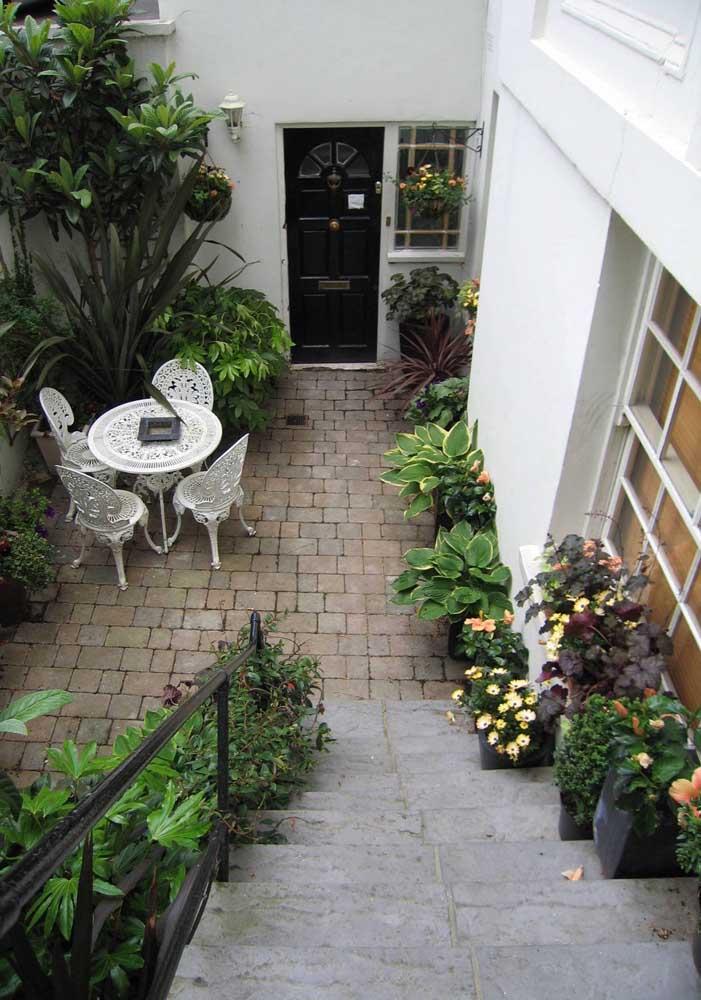 As plantas ao longo da escada unidas ao pequeno canteiro formaram uma área externa verde encantadora