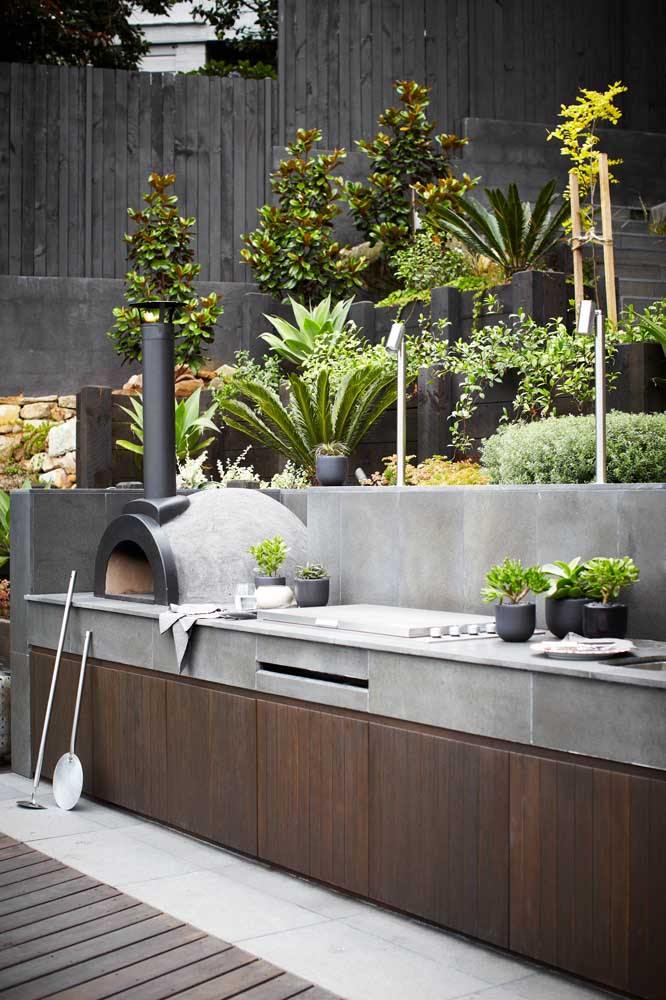 Esse espaço gourmet ganhou a companhia de um pequeno jardim