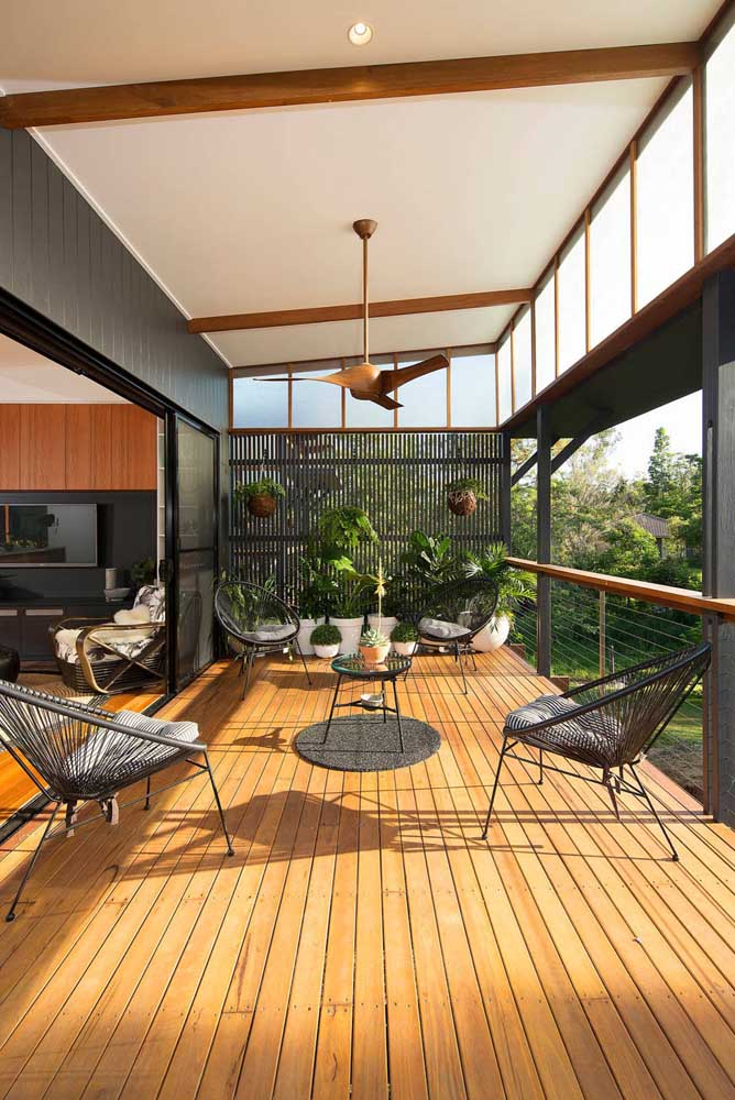 Mais uma inspiração de varanda com jardim vertical, o modelo número um para esses ambientes