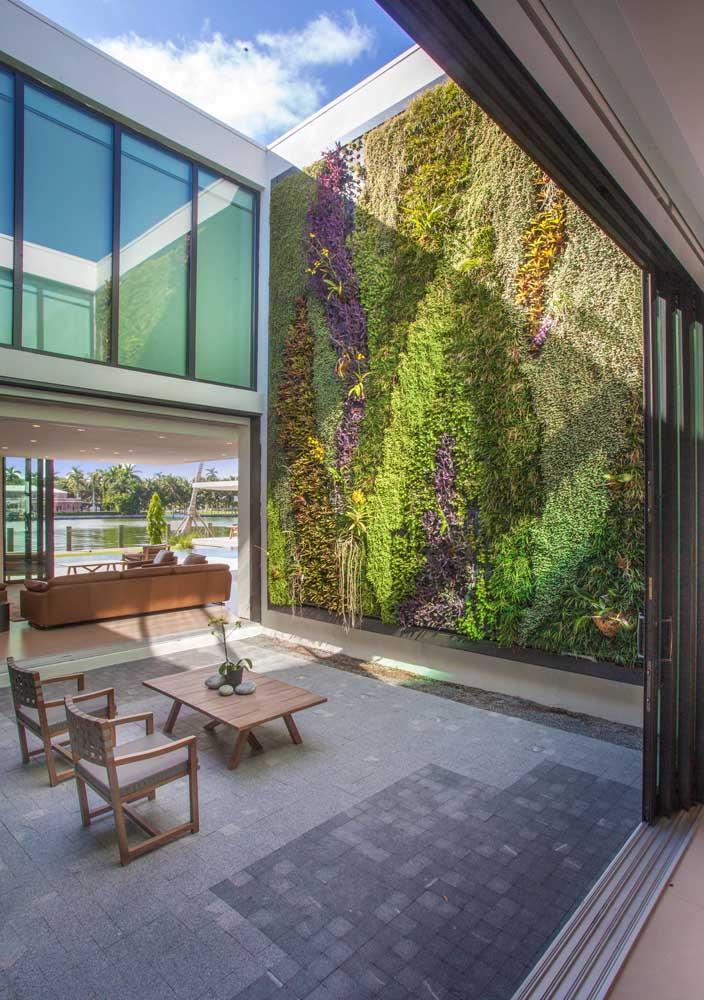 Uma inspiração e tanta de jardim vertical; repare que as plantas formam uma combinação linda de cores e desenhos