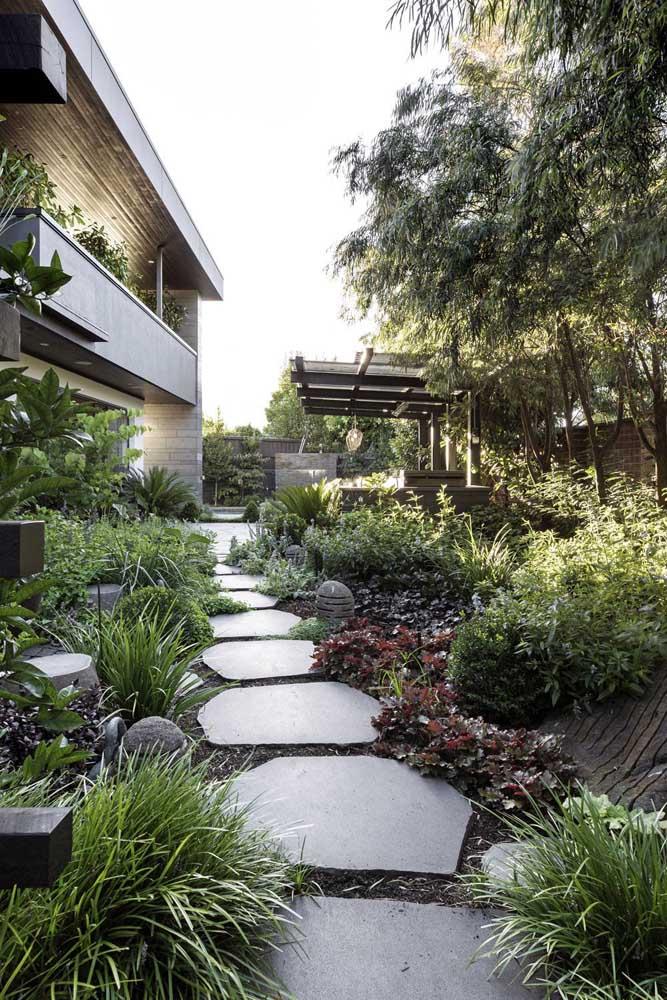 Ao planejar o jardim é importante determinar como será feita a passagem das pessoas por entre as plantas