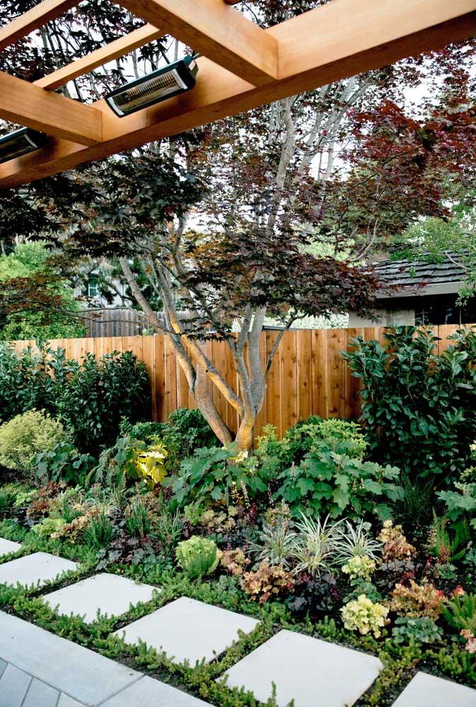 Mix de cores e texturas para compor esse jardim ao lado da cerca
