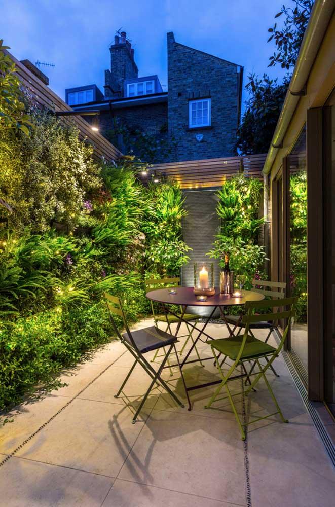 Espaço gourmet com jardim vertical: perfeito para quando se quer levar o verde para casa, mas não há muito espaço para isso