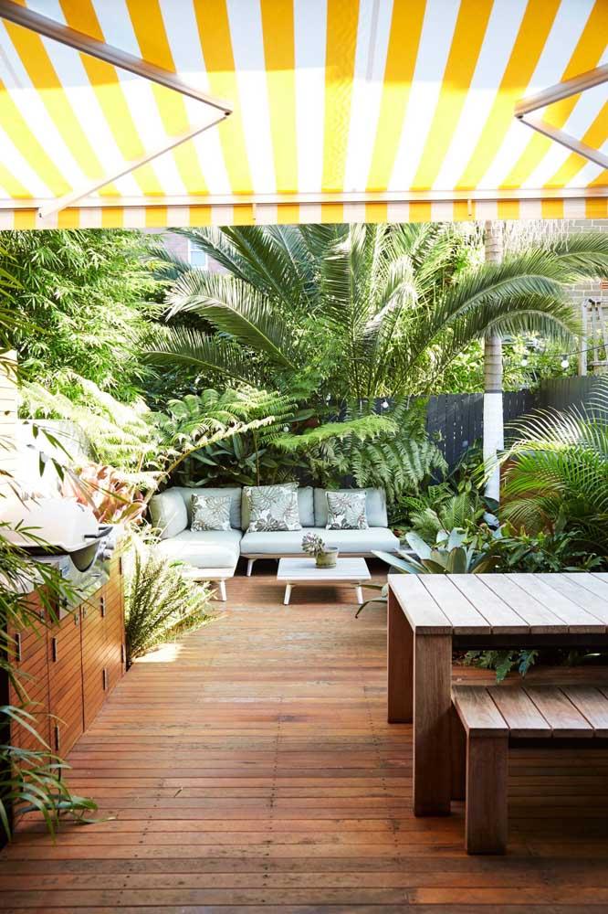 Nesse espaço gourmet, o jardim abraça e acolhe quem chega