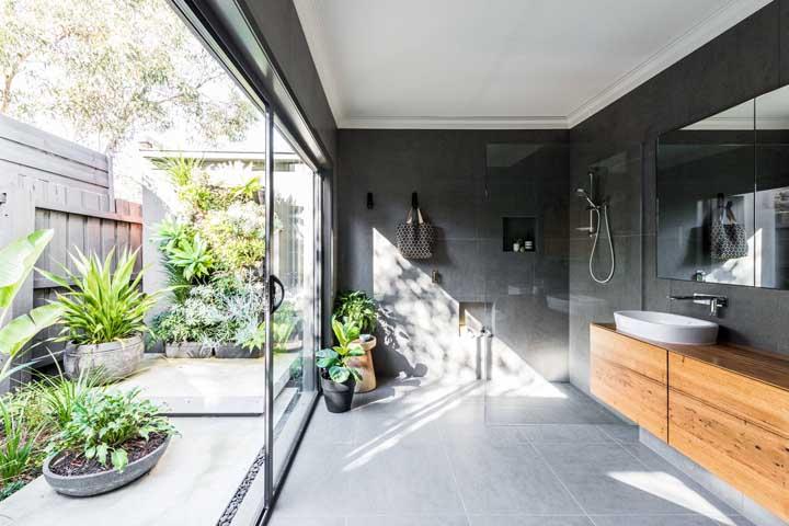 O banheiro moderno conta com um jardim privativo pra lá de charmoso