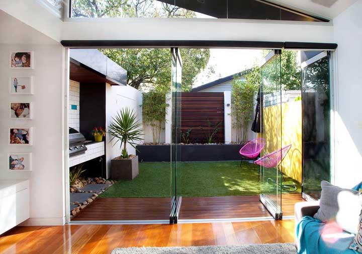 Pequeno jardim gramado integrado a sala de estar; um ótimo lugar de convivência