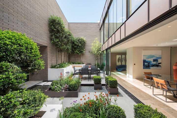 Pequenas árvores e plantas ornamentais complementaram com perfeição a área verde desse ambiente