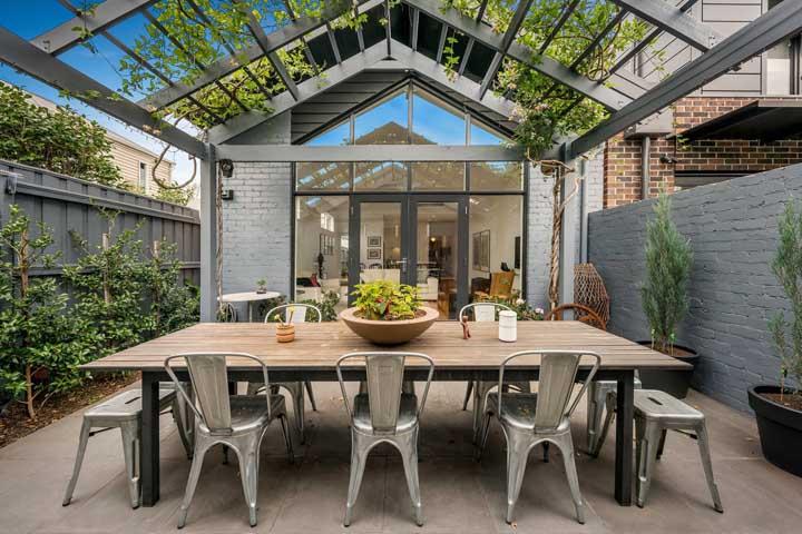 Um charme de living externo com jardim vertical