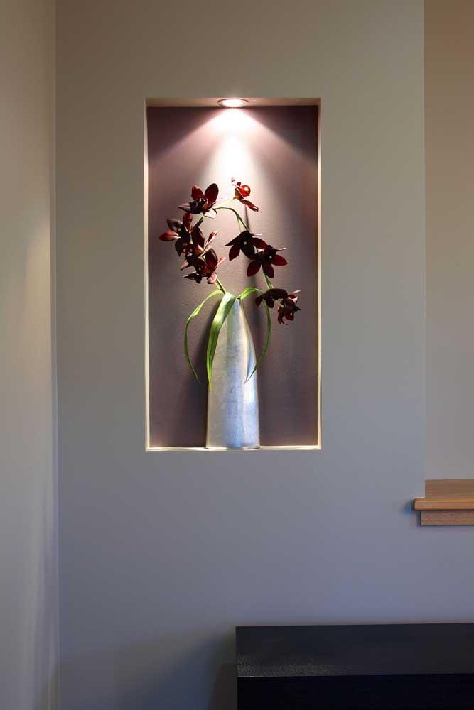 Nesse aqui, por exemplo, o nicho ainda recebeu um acabamento espelhado para ficar mais decorativo