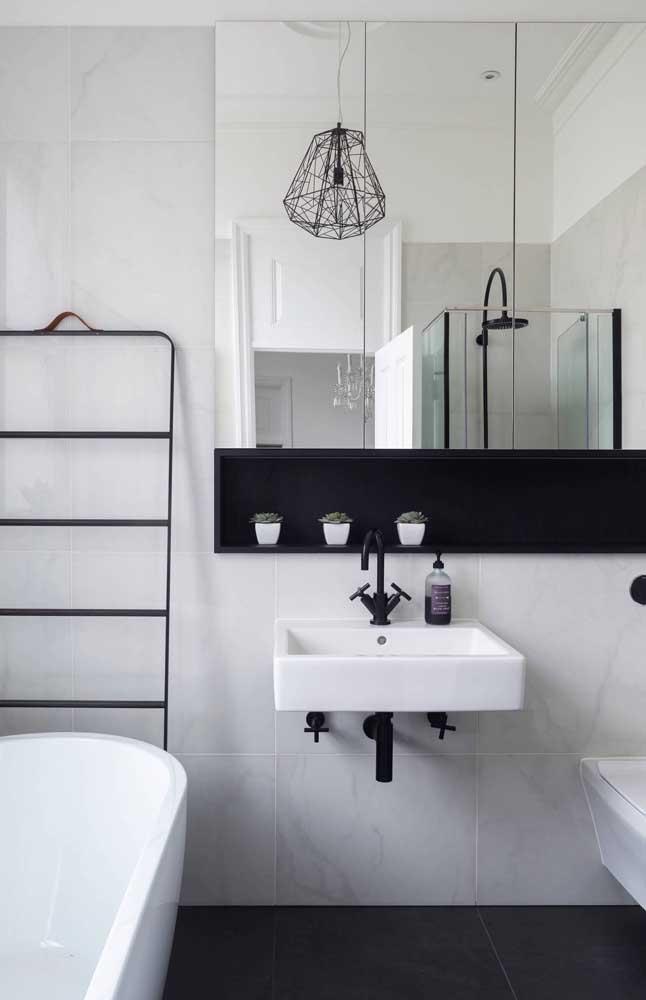 Nicho de parede preto simples acompanhando a largura do espelho