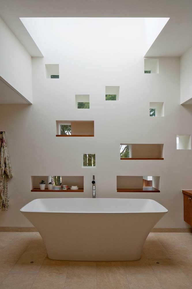 Aqui, os nichos formam uma composição bem interessante e ainda servem como meio de integração entre as duas áreas do banheiro
