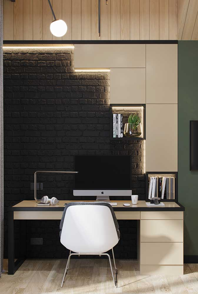 Home office com nichos de parede abertos e fechado; destaque para a iluminação embutida que realça a peça