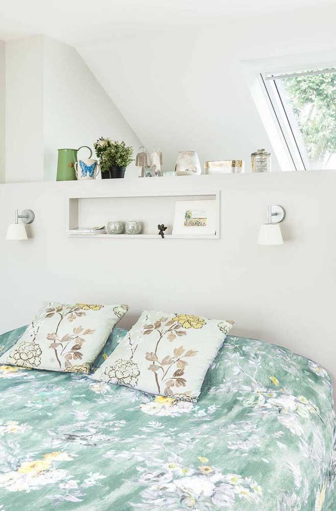 Sobre a cama, o nicho de parede acomoda livros e poucos objetos decorativos
